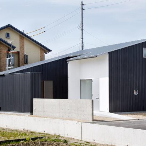 ブラック&ホワイトのシンプルでモダンな家。